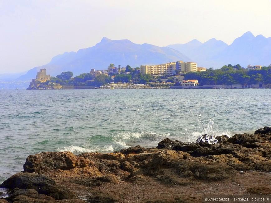 Вид на отель Domina Coral Bay из городка Портичелло