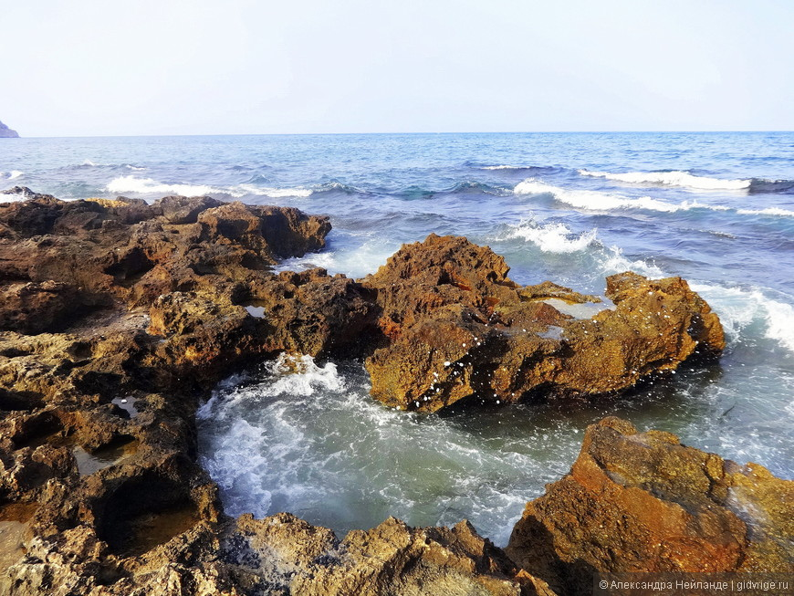 Живописный берег для любителей попрыгать между волнами.