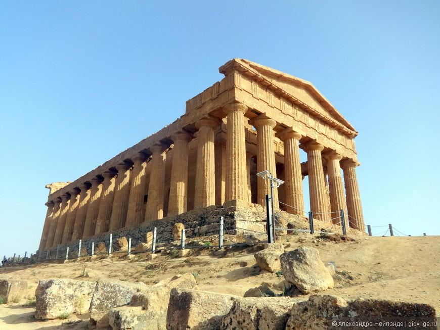 Храм с 6 века стал церковью, поэтому сохранился лучше других.