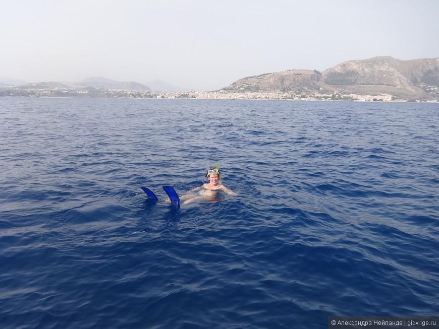 А кто-то пытается плавать в соленой воде. Лежать получается лучше!