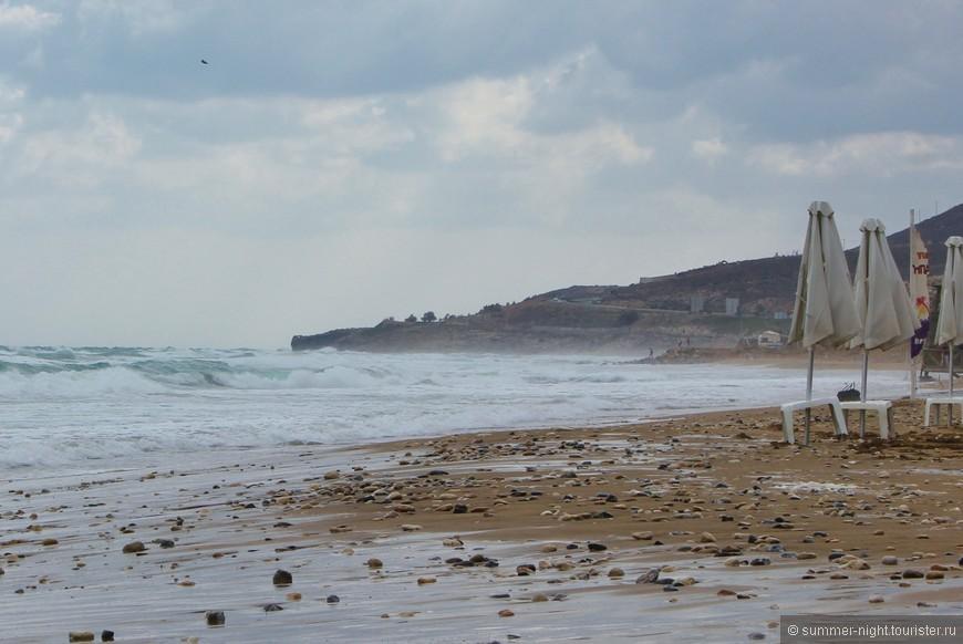 Первая прогулка по пляжу в Картеросе. Сильнейший ветер нёс с собой микроскопические капли морской воды. После получаса прогулки можно было считать, что искупалась!