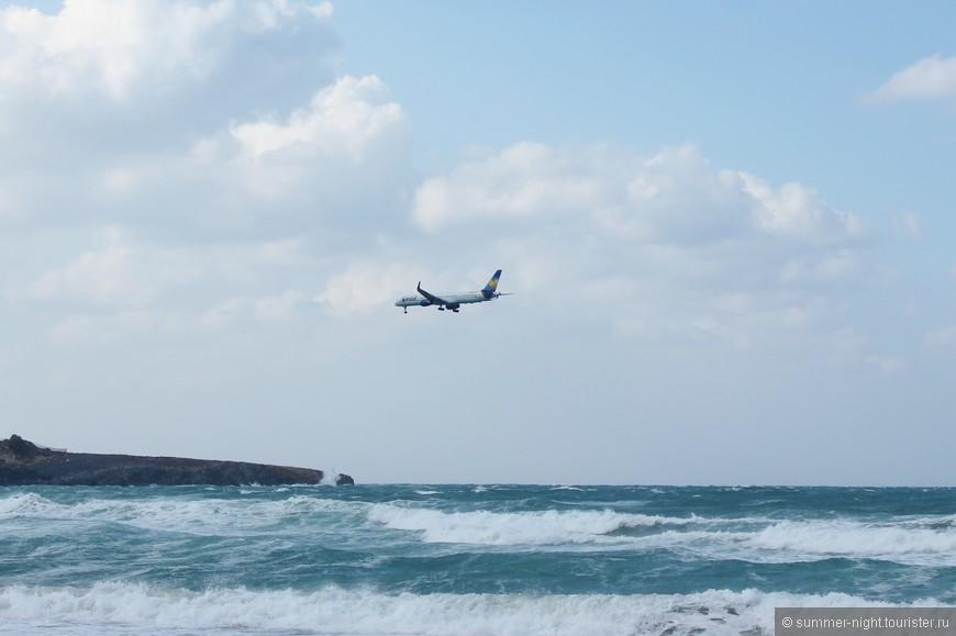 Развлечение первых дней - фотографировать волны и самолётики. Жить рядом с аэропортом - круто!