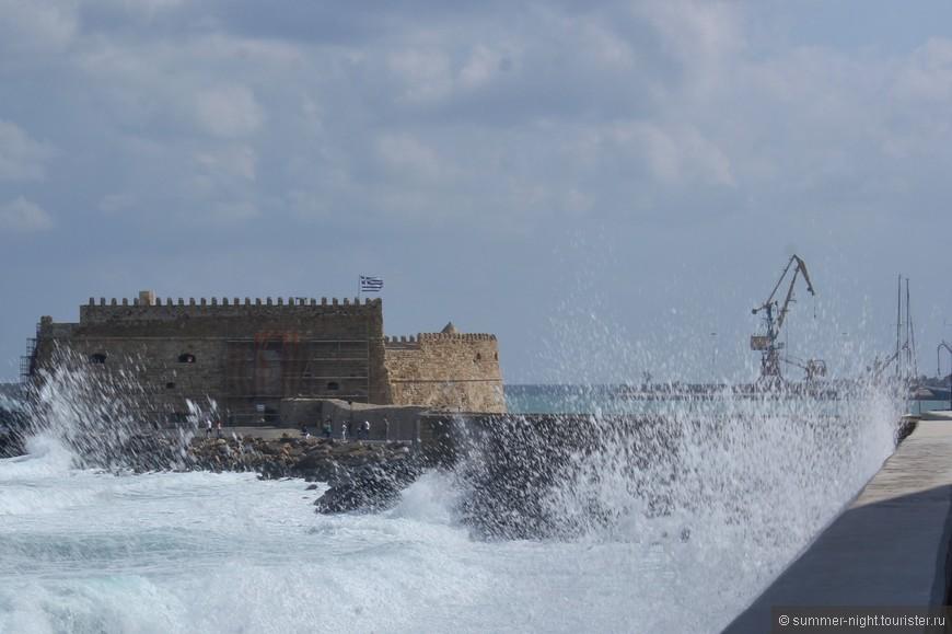 Ираклион. Волны со страшной силой штурмуют Венецианскую крепость. Мне тоже досталось :|