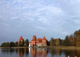 Тракайский замок основал в 14 веке литовский великий князь Гедиминас. Сын Гедиминаса, великий князь Кестутис, перенёс столицу в новый полуостровной замок. Этот замок потом был разрушен, а в начале 15 века был построен ещё один — островной замок. Это была одна из самых неприступных крепостей во всей Восточной Европе: ни разу за всю историю врагам не удалось его завоевать!