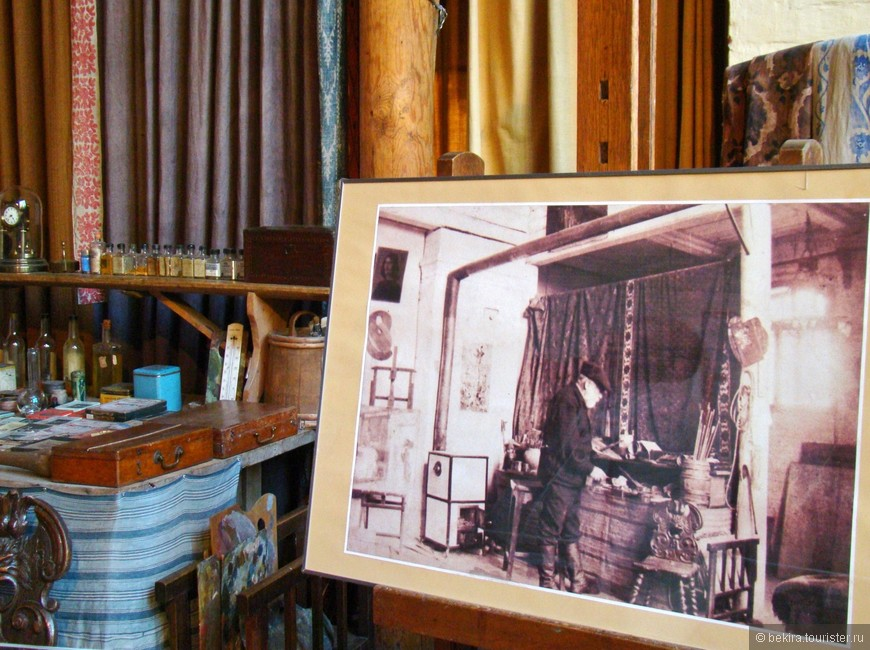 На фотографии В.Д.Поленов в своей мастерской.