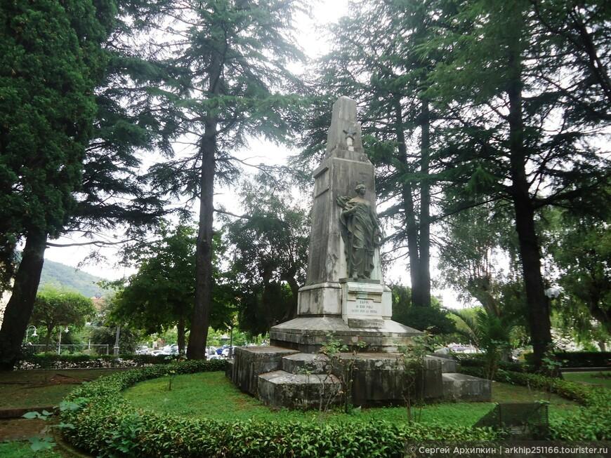 Перед ж.д вокзалом расположен памятник. погибшим в Первую Мировую войну