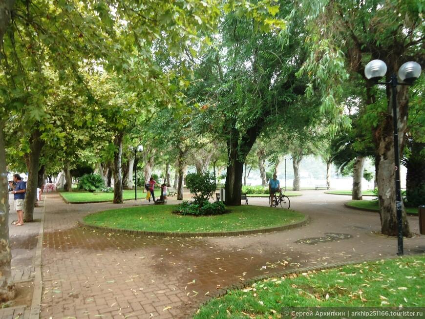 Вдоль всей набережной раскинулся зеленый парк