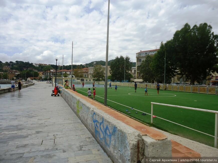 Вдоль пляжа есть спортивные площадки и футбольные поля