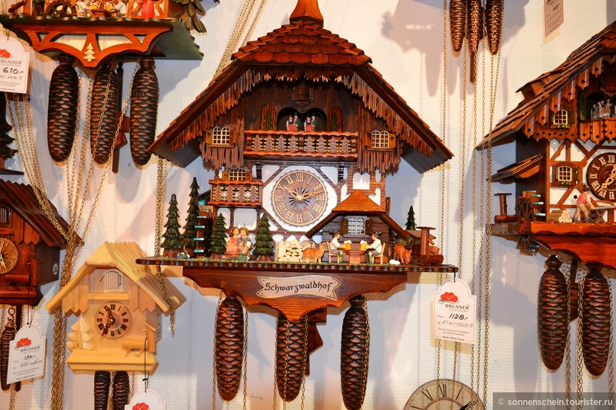 Теперь немного истории. Часы с кукушкой! Кажется, что они существовали всегда! Между тем, часы с кукушкой изобрели довольно поздно — в 1738 году в Германии в Шварцвальде. Немецкие мастера поселили голосистую кукушку в обычных настенных часах и научили её правильно откукукивать время.