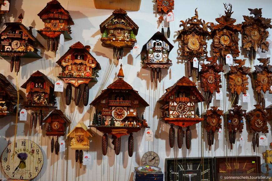 Но удовлетворить педантичных немцев они никак не могли. Часовщики непрерывно бились над улучшением качества своей продукции. И в 1690 году появились часы с металлическим механизмом и фигуркой часовщика. Отсюда и до кукушки было уже рукой подать. Через несколько десятилетий часы с кукушкой появятся чуть ли не в каждом немецком доме. В таких часах уже были две гирьки, выполненные в виде «фирменных» шишек, что для лесистого Шварцвальда выглядело вполне логично.