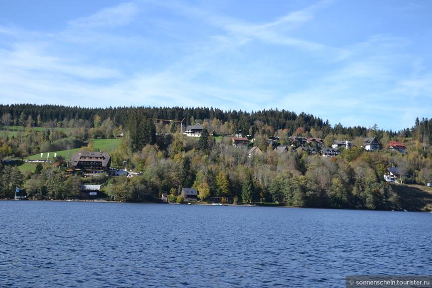 Здесь мягкий климат, свежий воздух и прекрасная природа – зеленые луга, лес, чистая озерная вода. Летом не бывает изнуряющей жары, а зимой - морозов.