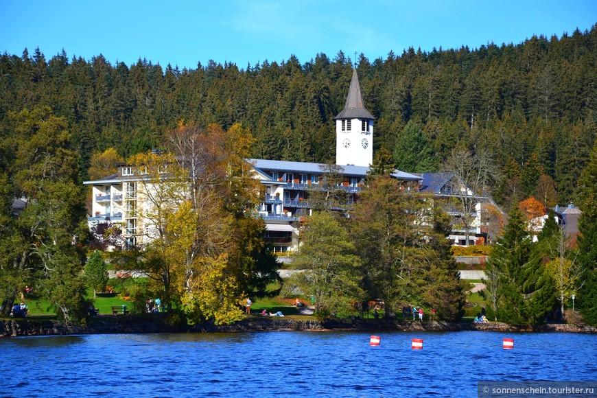 Путешественники могут обойти озеро по хорошо проложенной дорожке за два часа.