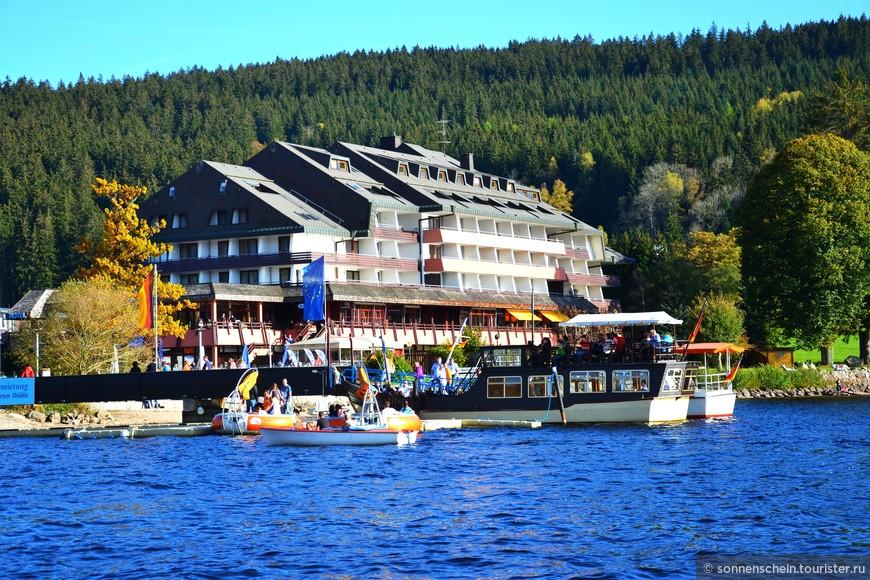 Вода, солнце и пляж - всё это возможно. На прокат могут быть предоставлены катамаран, шлюпка и небольшая моторная лодка, на которых можно кататься по озеру.