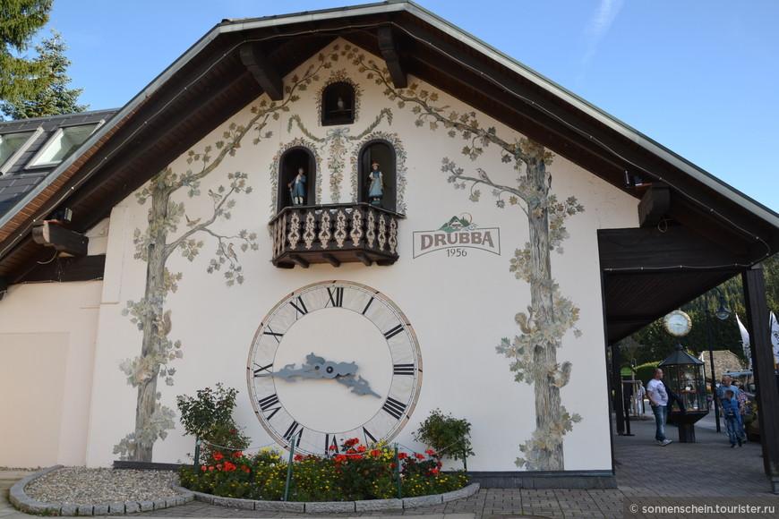 Производство часов в Шварцвальде началось примерно в 1640 году с незатейливой модели, которая была сделана целиком из дерева. Объяснялось это просто — экономически район был не очень развит. Хороших инструментов было мало, и с металлом обращаться не умели. Зато дерево обрабатывали виртуозно. Часы, конечно, были очень необычными. У них была только одна стрелка, которая показывала только часы. Вместо маятника ходил из стороны в сторону особый блок, а вместо гири подвешивали большой камень. Точность хода была соответственная. За сутки часы могли убежать на пару часов! До середины семнадцатого века и такие «приблизительные» часы были востребованы.
