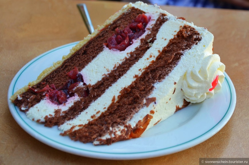 Здесь вас подстерегает главная и очень калорийная опасность: шварцвальдский торт! Это воздушное чудо из яиц, сахара, шоколада, муки, вишен, сливок и вишневой наливки — местная знаменитость на кондитерском небосклоне, которая ничуть не уступает по популярности венскому «Захеру». Могу по большому секрету поделиться рецептиком от моей свекрови.