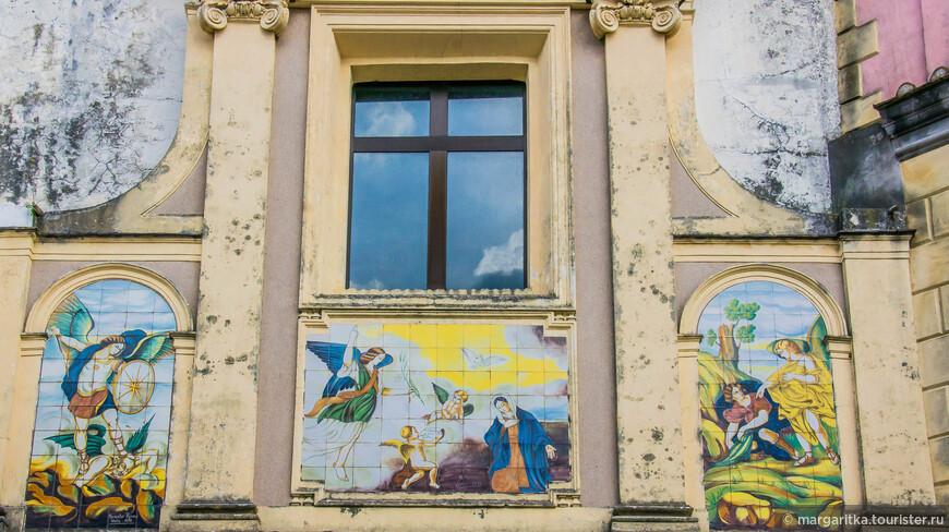 керамика и на фасаде главного собора.