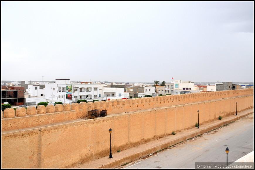 Кайруан насчитывает 100 000 жителей. Важнейшей отраслью является поддерживаемой государством производство ковров, дающее средства для существования многим женщинам Туниса.