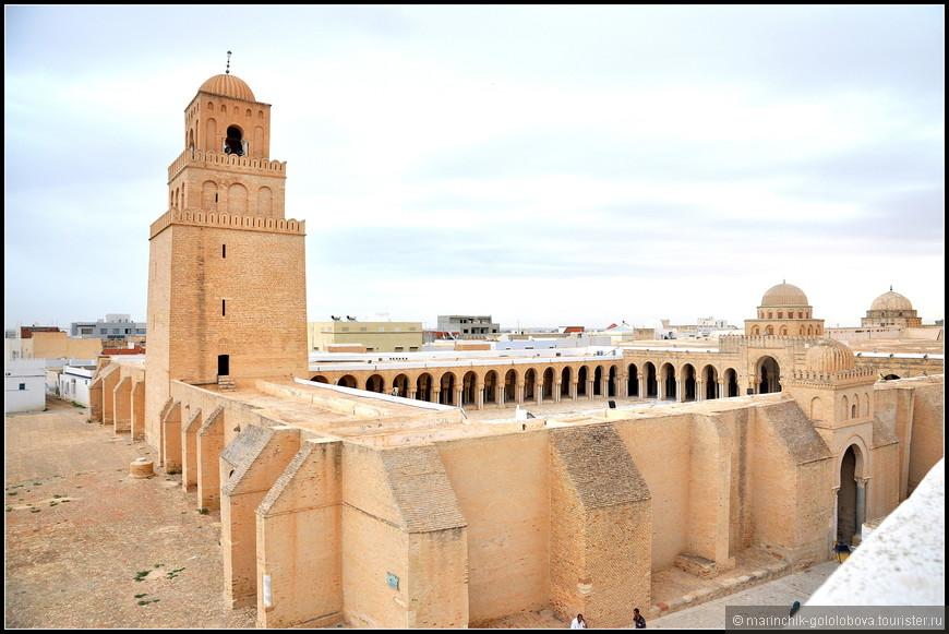 Большая мечеть, или Джемаа-Сиди-Окба, построенная в 688 году. Здание было разрушено берберами и вновь отстроено в 695 году. С тех пор ее неоднократно перестраивали.