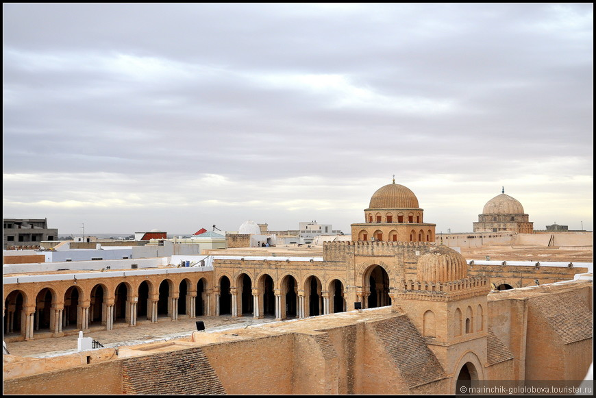 Внутренний двор Большой мечети вымощен белыми мраморными плитами и окружен двойным рядом колонн. Величественный молельный зал украшают многочисленные колонны, взятые из римских и византийских памятников Гадрумета и Карфагена. Михраб выполнен из мрамора и украшен растительными узорами и 130 фаянсовыми плитками, привезенными из Багдада еще в IX веке.