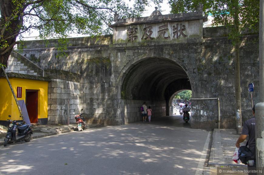 Одни из трёх входных ворот, являющиеся также частью стены, окружающей дворцовый комплекс по периметру. Стена является самой древней частью комплекса, она сохранилась с Минской эпохи. Все остальные строения возводились и реконструировались в более поздние периоды.