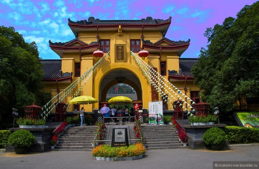 Вход непосредственно в дворцовый комплекс осуществляется через парадные ворота Chengyun.