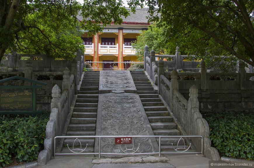 Плиты между ступеньками лестницы, так же как и окружающая комплекс стена относятся к Минской эпохе. Плита украшена облаками, что указывает на то, что здесь жили принцы, а не императоры, чьим символом является дракон.