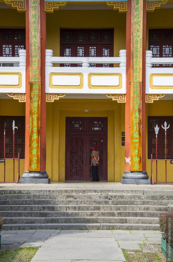 Все строения дворцового комплекса выдержаны в традиционном китайском стиле с преобладанием жёлтого и красного цветов.