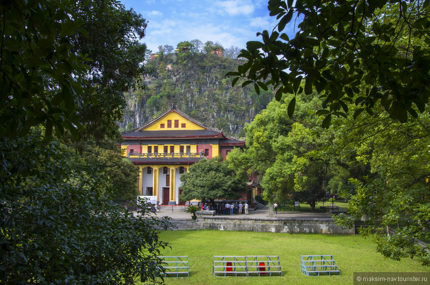 Вид на главный дворец, в котором принцы проводили свой досуг. Сейчас здесь также хранятся исторические реликвии и фрагменты княжеских гробниц. На заднем плане - пик Одинокой красоты.