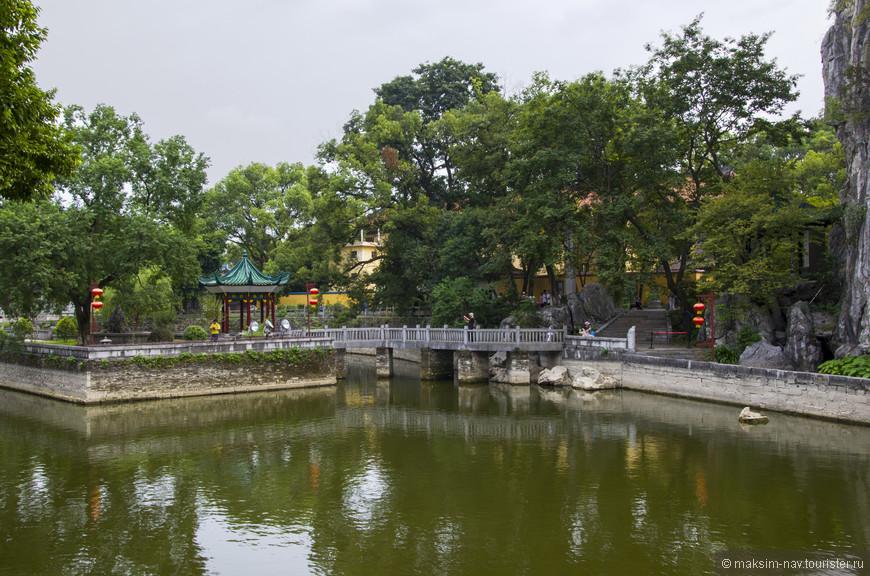 У подножия горы расположен небольшой, но очень уютный парк и пруд с декоративными карпами.