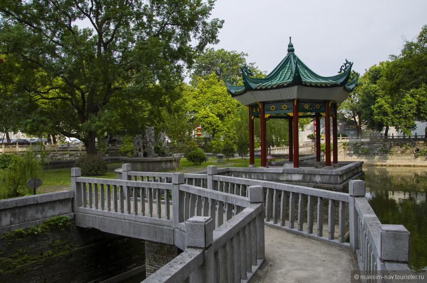 Всего каких-то 500 лет назад по этому парку гуляла только императорская элита, а сегодня это может себе позволить каждый китаец, и даже чужеземец.