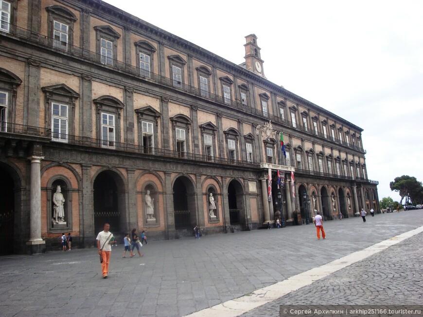 Это  главный фасад Королевского дворца на площади Плебисцито ( Plebiscito, 1)