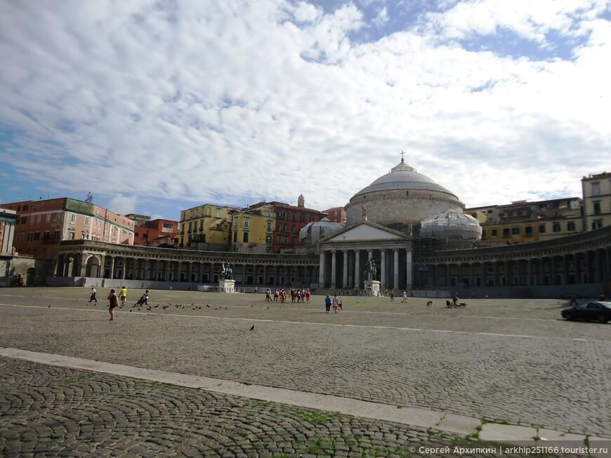 Площадь Плебесцито одна из самых больших в городе и здесь неаполитанцы любят встречать Новый Год. В начале 19 века она именовалась Форум Мюрата