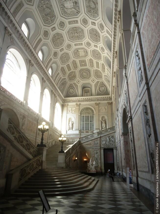 Вход во дворец с бокового торца здания. В королевские покои ведет монументальная парадная лестница