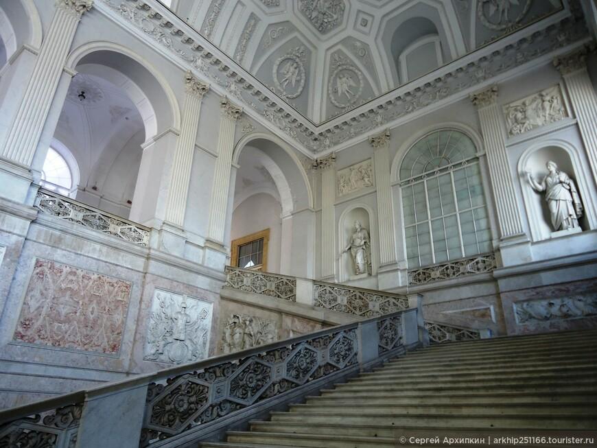 Проект дворца был создан знаменитым архитектором Доменико Фонтано по заказу вице-короля Фердинандо Луис де Кастро. Архитектор ориентировался на образцы позднего Ренессанса, ему уже приходилось создавать похожие здания в Риме по заказу Папы Сикста 5.