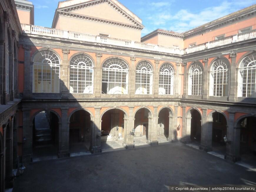 Фасад был построен из кирпича и темного камня.За внешним фасадом дворца располагается квадратный внутренний двор, окруженный колоннадой.- колонны образуют ряд арок из серого камня. Над колоннадой расположены лоджии- крытая аркада, связывающая все помещения второго этажа дворца