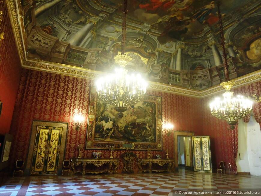 В 30 комнатах Королевского дворца сохранился подлинный интерьер и мебель времен его высокопоставленных обитателей