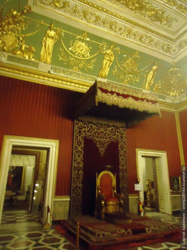 Тронный зал в Королевском дворце Неаполя