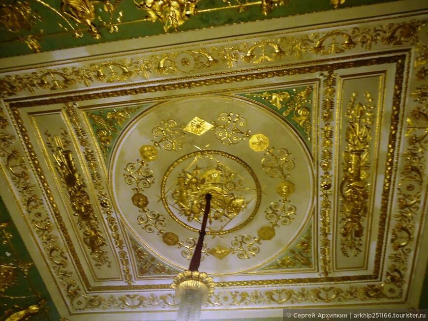 Дворец был перепланирован и расширен в первой половине 18 века под руководством Гаэтано Дженовезе, который внес в здание значительные изменения в  неоклассическом стиле