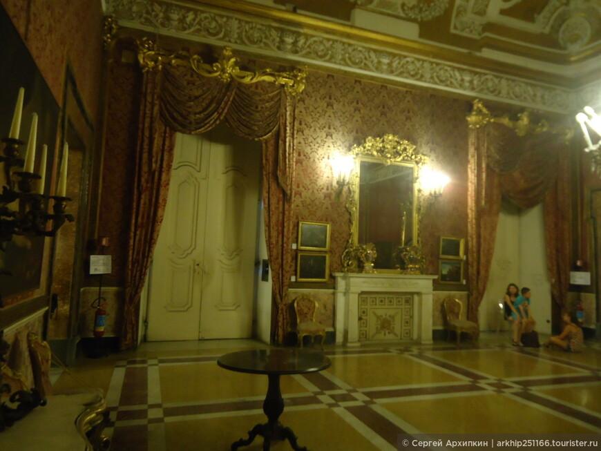 Все залы королевских апартаментов образуют- Музей исторических апартаментов дворца. Здесь выставлены работы таких мастеров как Тициан, Гверчино,Лука Джордано и др.