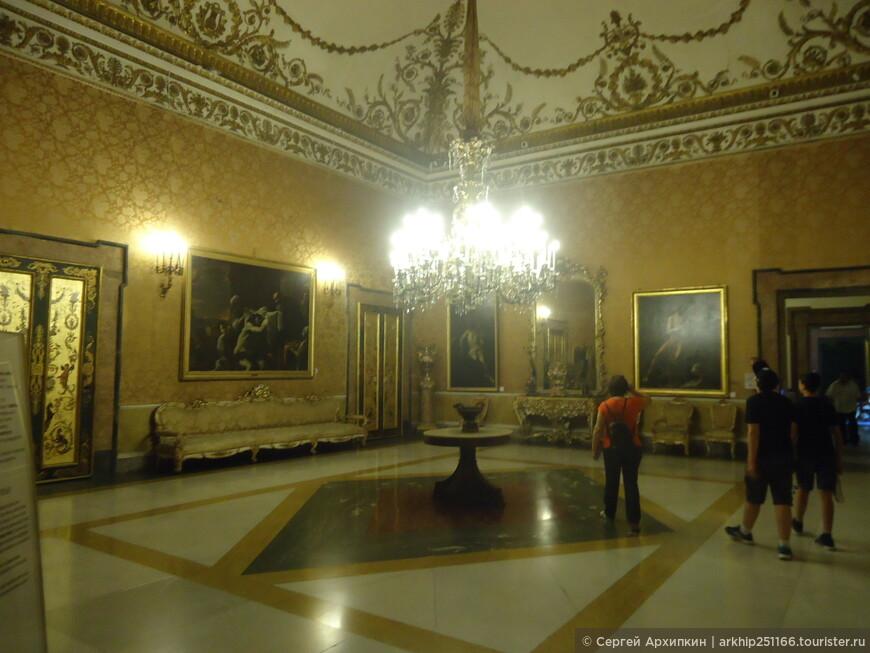В начале 18 века в этом дворце находился сын Петра Первого- царевич Алексей, который пытался найти в Неаполе политическое убежище. Однако дипломату Петру Толстому удалось выкрасть царевича и в 1717 году доставить в Россию