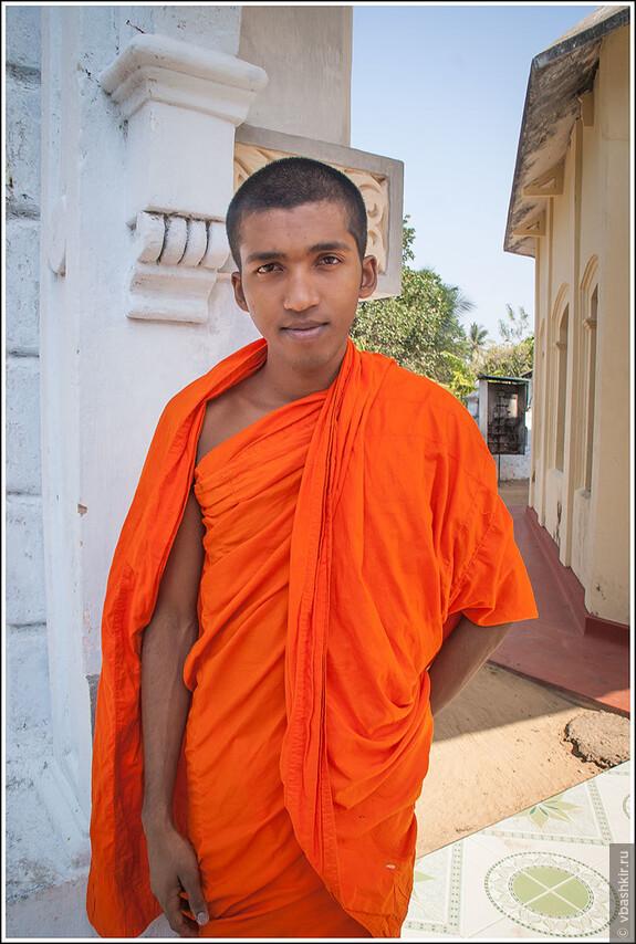 В храме я встретил только этого монаха. И он с удовольствием показал мне все уголки храма.