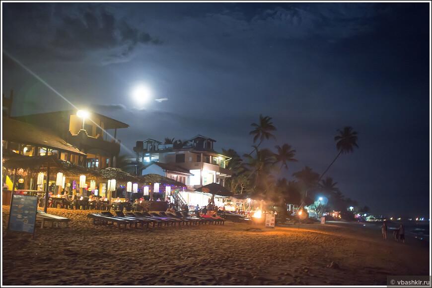 На пляже Хиккадувы вечером.
