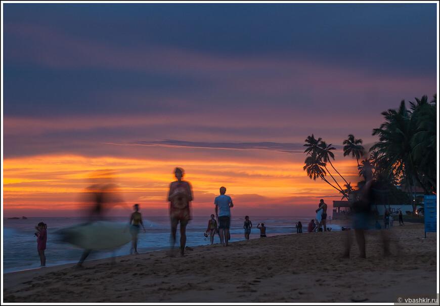 На закате людей на пляже прибавляется.