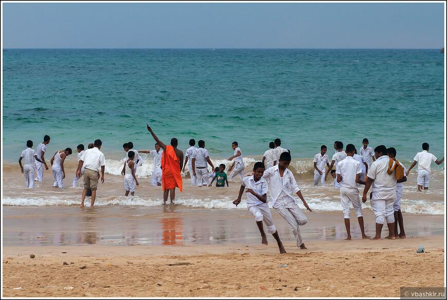 Купание местных школьникв под присмотром строгого монаха.