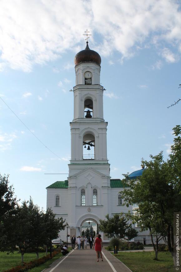 Колокольня с надвратной церковью Святого Михаила.