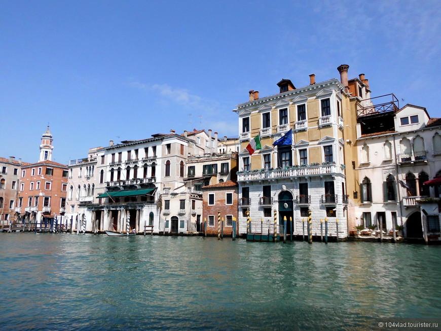 Несмотря на то, что набережные Гранда опубликованы многократно, но не могу удержаться от нескольких снимков, иллюстрирующих шестивековую трудовую деятельность венецианцев.