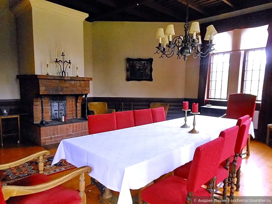 Отель Karhulan Hovi Manor. Зал с камином. Финны здесь проводят встречи.