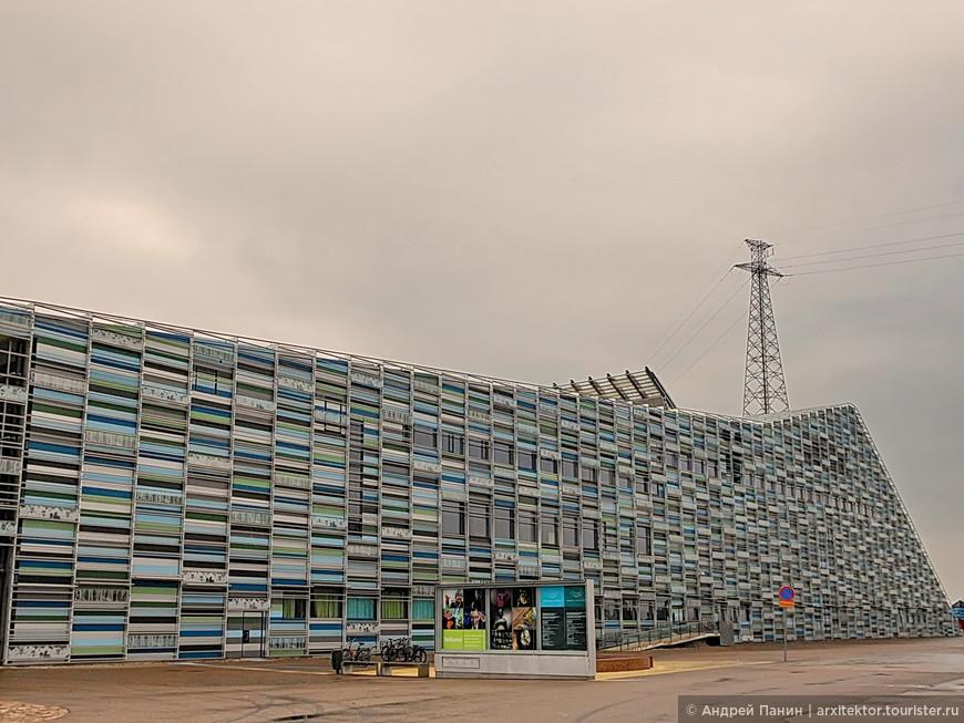 По замыслу автора фасад должен напоминать морскую волну.