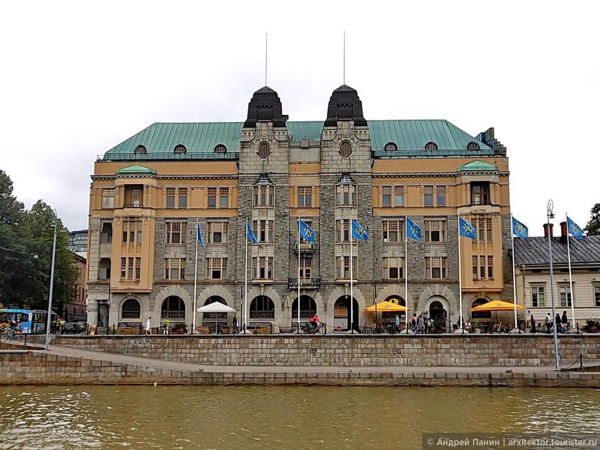 Весь дом решен симметрично, что совсем не типично для зданий в стиле Модерн в Санкт-Петербурге и Европе.