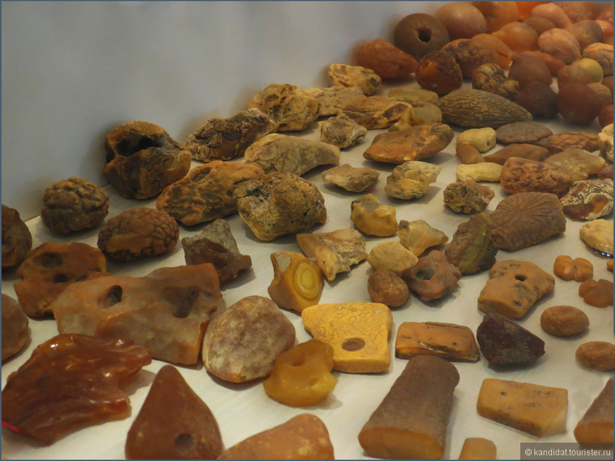 """""""Солнечный камень"""", """"слеза моря"""", """"дар солнца"""" и т.д. Как только не называют янтарь. Но далеко не все знают, что в природе он имеет довольно-таки неприглядный вид. В """"Янтарном замке"""" неплохо показаны этапы  превращения найденных кусочков смолы в """"солнечные капли""""."""